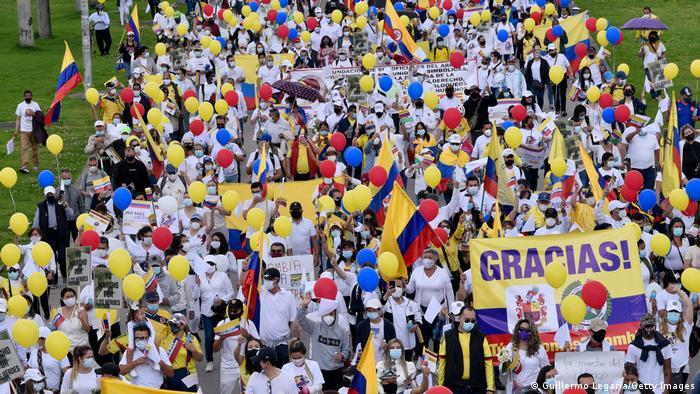 Photo of Streikgegner in Kolumbien: Wer steckt unter den weißen T-Shirts?